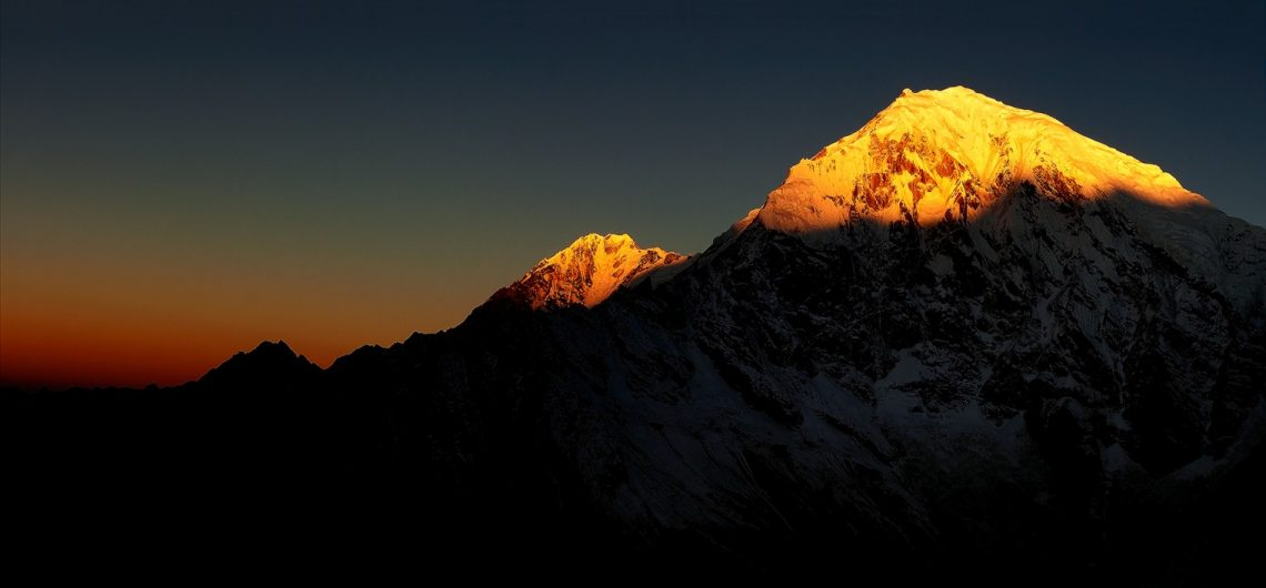 dawn_on_langtang_lirung